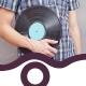 Mann hällt Schallplatte in der Hand